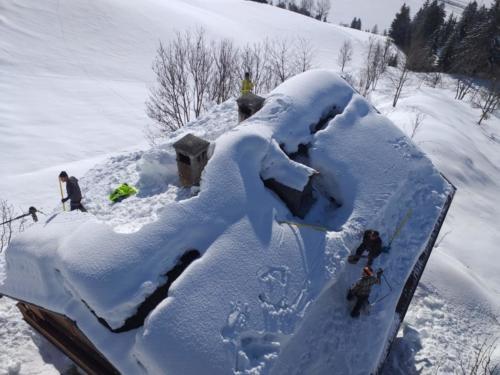 Entfernung Schneelast von Dach